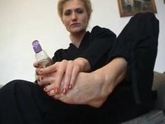 Blondie barefoot footjob
