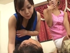 2 hawt Japanese babes spit on fella