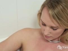Sexy Kim Masturbating Her Pussy In Bath