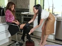 MILF Jaclyn Taylor seduces teen Ayumi Anime to eat her pussy