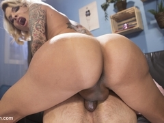 TS Foxxy,DJ in Special Sauce: Delivery Boy Fucked by TS Foxxy! - TSSeduction