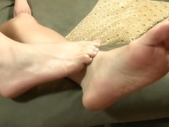 Slutty femdom lady Heaven using her toes