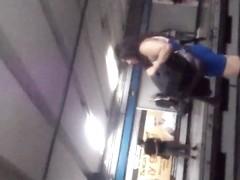 Putita Madura saliendo del metro en minivestido II