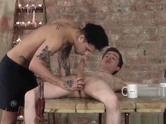 Inked jock Mickey Taylor blowing sub dick during waxing