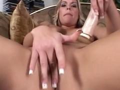 Hawt blond fingering herself