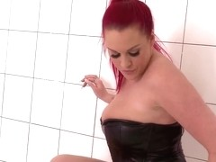 Curvy girl Paige Delight showing her juggs