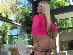 Sexy blonde babe shows us her amazing bubble!