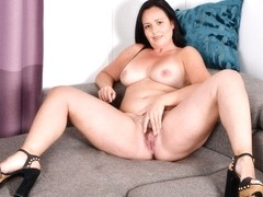 Curvy milf Brandii needs getting off on the couch