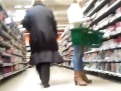 Un petit cul en jean au supermarche