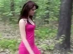 lekker buiten in haar roze jurkje