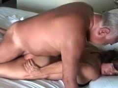 pareja de maduritos latinos en la cama
