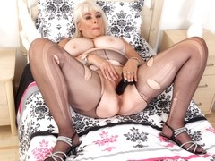 Chunky milf Christina X knows how to use a dildo