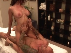Lady receives a professional cunnilingus in hd video