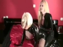 Sissy latex strapon