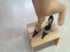 High heels torturing 10-Pounder