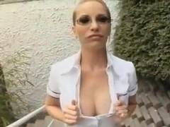 schmale Blondine mit grossem Arschloch