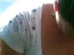 Casada com decote querendo mostrar os peitos no onibus
