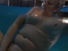 Mature slut Jitka masturbates in the pool