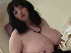 Large British mommy shows off great milk cans and large arse