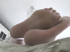 tramp customer pays 20 to cum on feet